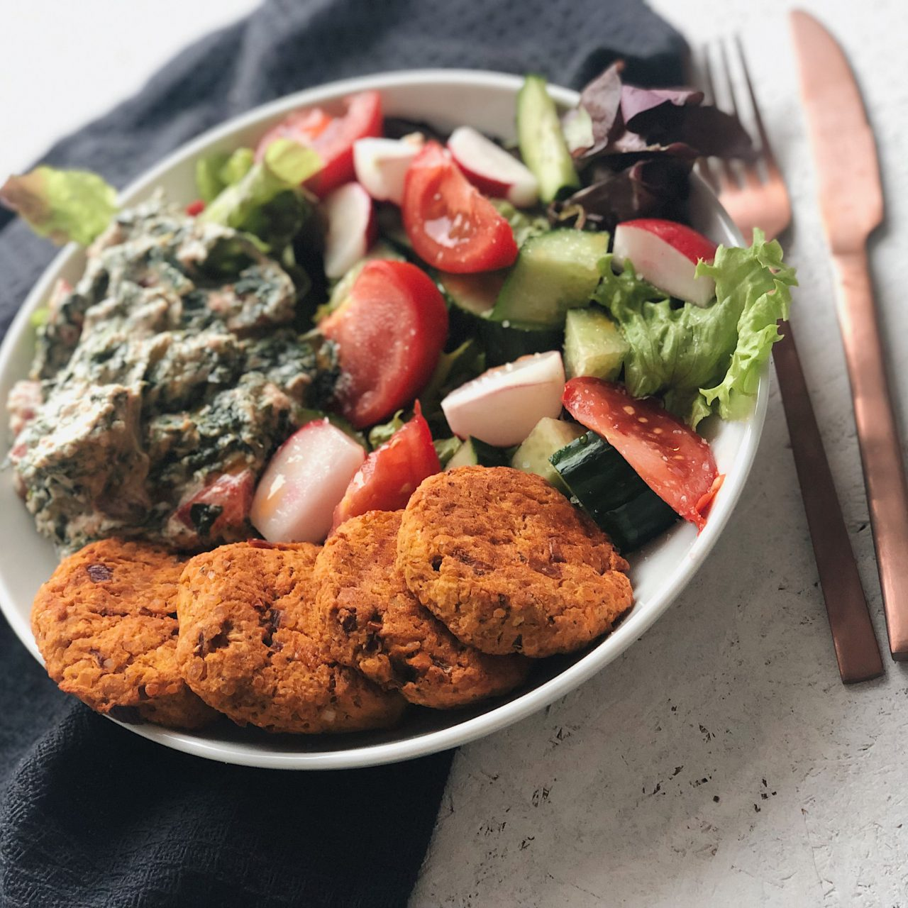 Vegane Linsentaler mit Spinat-Tomaten-Dip [Blitzrezept]