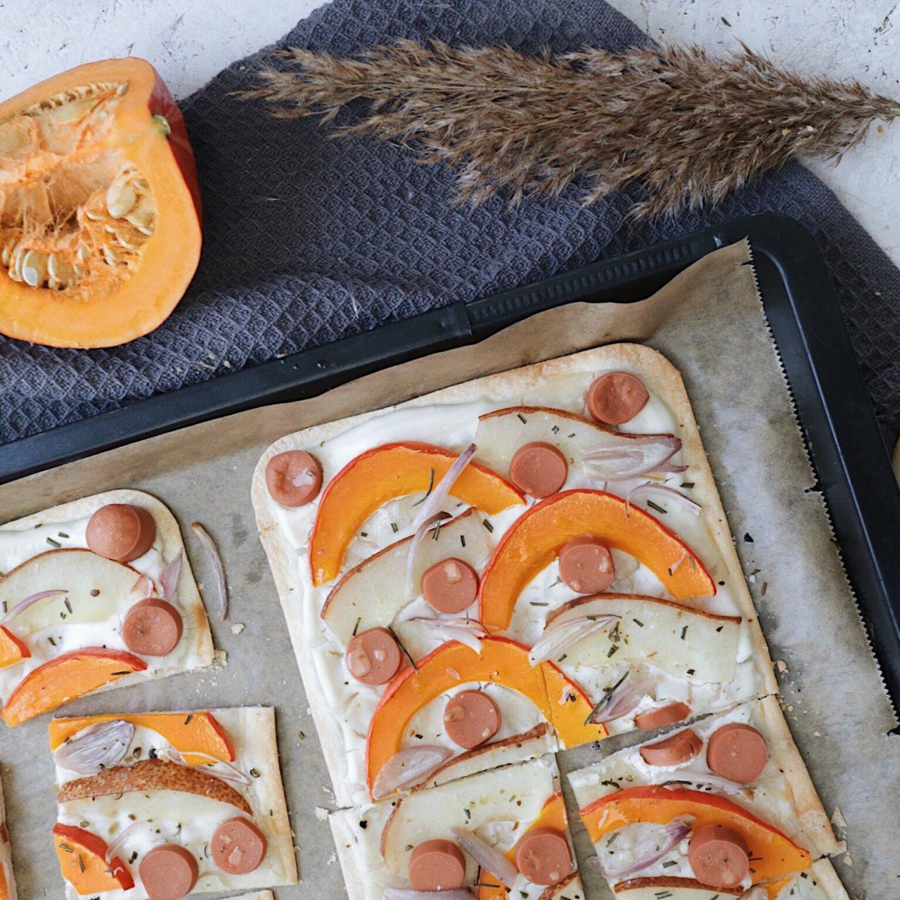 Veganer Flammkuchen mit Kürbis und Birne