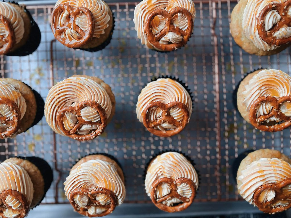 vegane sesam-brezel-cupcakes  mit salted caramel