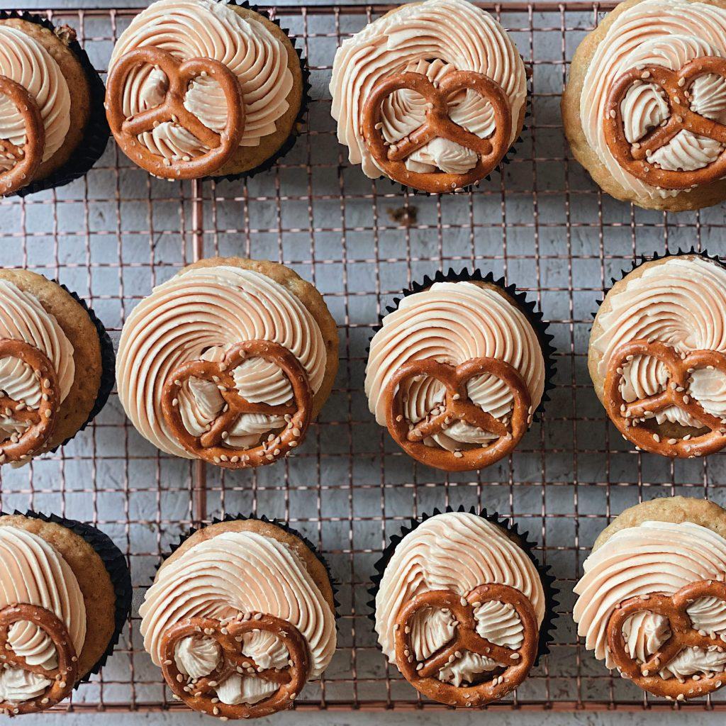 Vegane Sesam-Brezel-Cupcakes ohne Salted Caramel