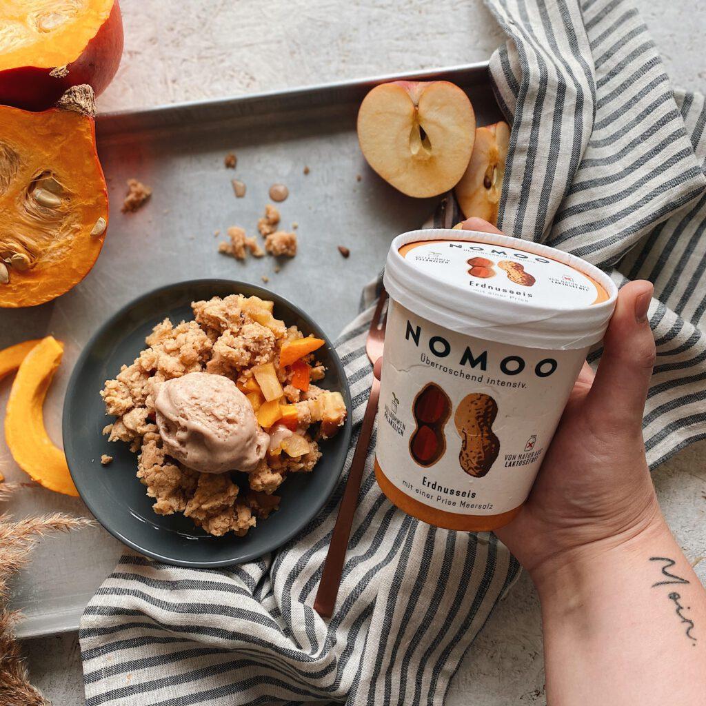 NOMOO Erdnusseis mit Apfel-Kürbis-Crumble